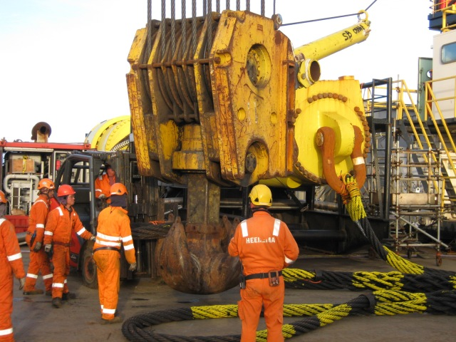 Getting ready to lift a 600 tonne piling hammer.